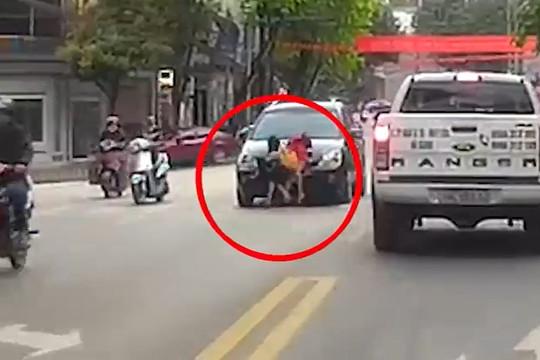 Hà Giang: Hai bé gái bị xe con tông văng khi sang đường