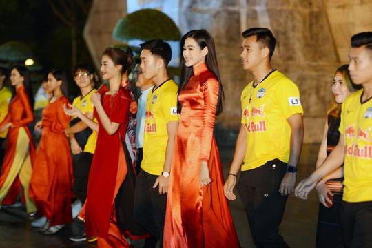 Dàn người đẹp Hoa Hậu Việt Nam rạng rỡ bên dàn cầu thủ đình đám của HAGL