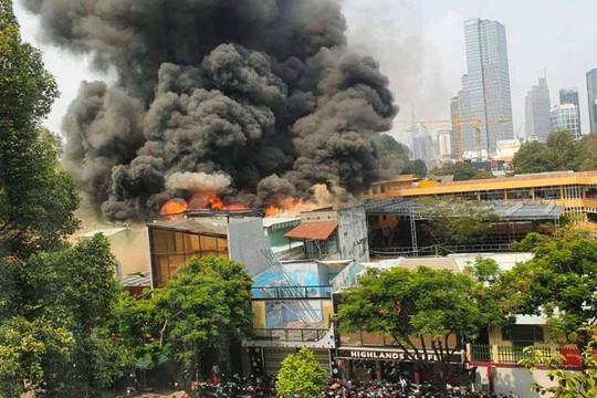 TP HCM: Sơ tán 1.400 học sinh gần đám cháy lớn