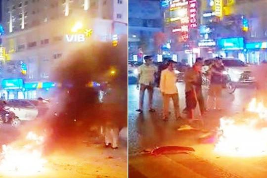 Xe máy bốc cháy dữ dội sau va chạm giao thông