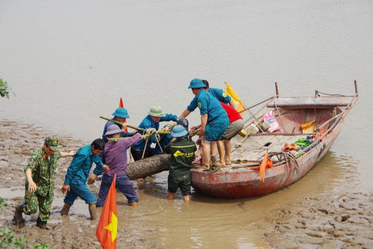 """Quảng Ninh: Đi bắt hến, người phụ nữ phát hiện bom """"khủng"""""""