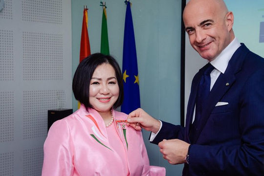 Bà trùm làng mốt' Trang Lê được tổng thống Italy trao tước hiệu hiệp sĩ