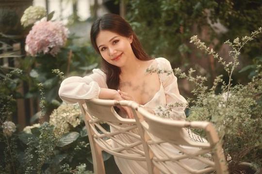 Phanh Lee gây bất ngờ với hình ảnh mang bầu nhưng nhan sắc như tiên nữ