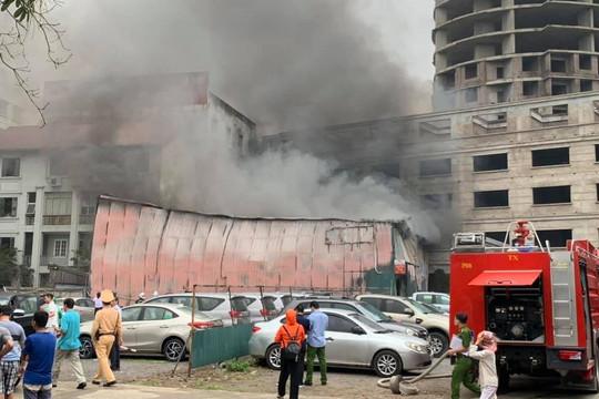Xưởng in trên phố Định Công bất ngờ bốc cháy