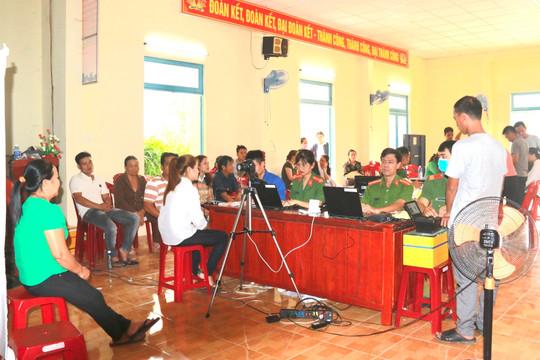"""Quảng Nam: Lực lượng Công an """"chạy đua"""" với thời gian để làm căn cước công dân"""