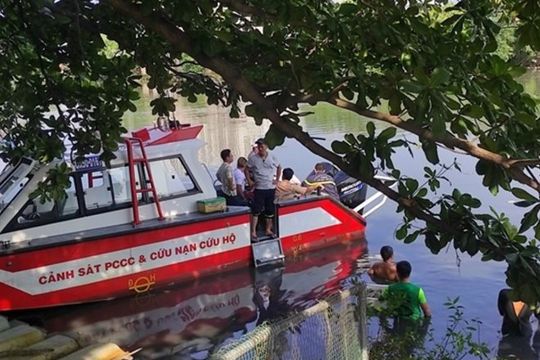 TP HCM: Tìm kiếm người đàn ông rơi từ sà lan xuống kênh mất tích