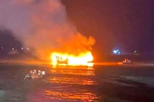 Thanh Hóa: Hai tàu cá bị cháy rụi, thiệt hại hơn 3 tỷ đồng