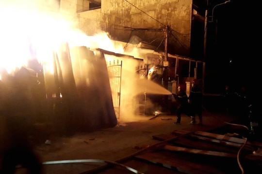 Cháy xưởng gỗ trong đêm, thiệt hại khoảng 2 tỷ đồng