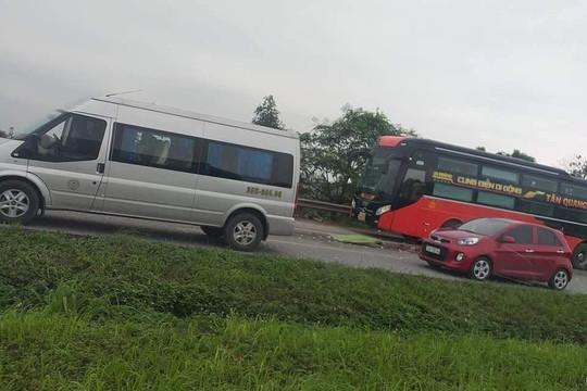 Xuống kiểm tra cốp xe, phụ xe khách bị ô tô container tông tử vong