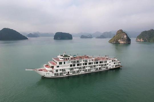 Cách ly hàng trăm người trên một du thuyền tại vịnh Hạ Long
