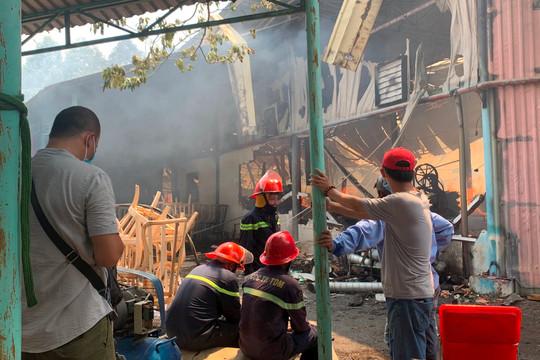 Cháy lớn ở công ty gỗ rộng hàng ngàn m2
