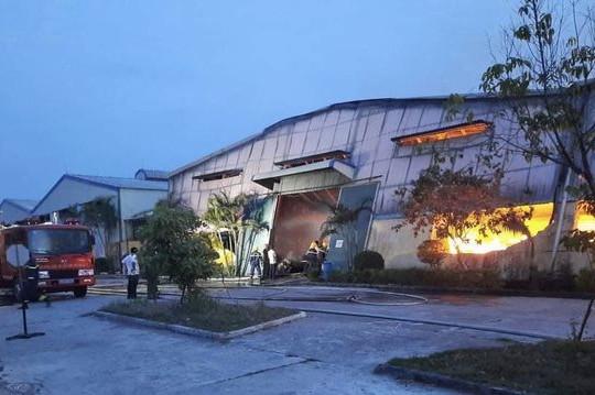 Cháy lớn thiêu rụi toàn bộ hàng hóa, máy móc khu nhà xưởng sản xuất bao bì