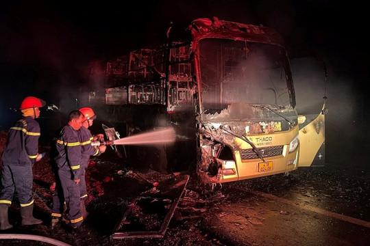 Cháy xe khách trên đường Hồ Chí Minh, nhiều hành khách thoát nạn