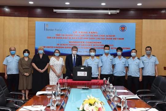 Cơ quan bảo vệ biên giới Anh bàn giao 4 máy quang phổ phát hiện hóa chất cho Hải quan Việt Nam