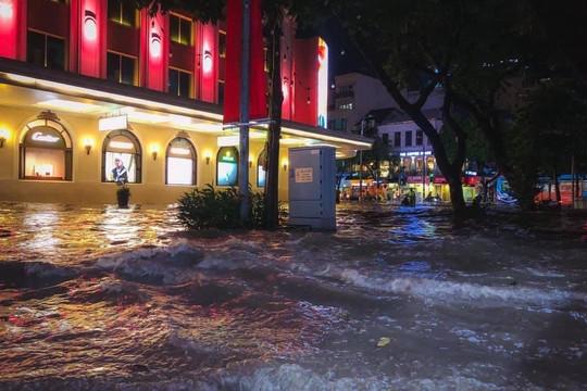 Sau cơn mưa đầu mùa, nhiều tuyến đường Hà Nội ngập sâu