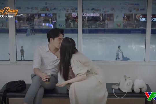 """""""Hướng dương ngược nắng"""" tập 65: Ngọc và Trí có nụ hôn đầu, Minh và Hoàng """"tình trong như đã mặt ngoài còn e"""""""