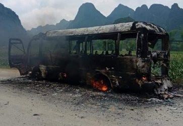 Cao Bằng: Xe buýt cháy ngùn ngụt khi đang lưu thông trên đường