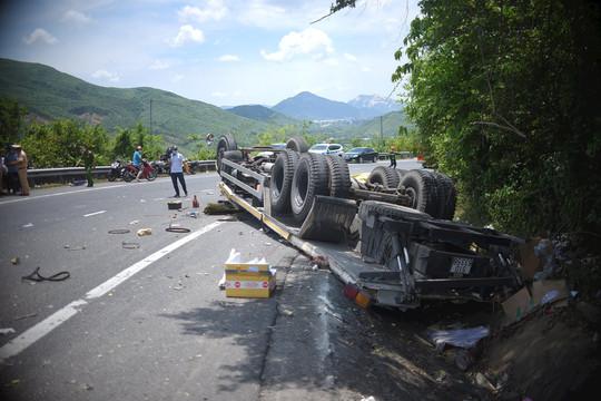 Xe tải bất ngờ tông vào taluy, hai người tử vong tại chỗ