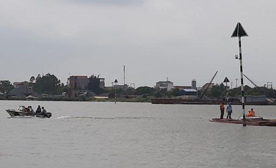 """Nam Định: Cảnh sát nổ súng bắt """"cát tặc"""" trên sông Ninh Cơ"""