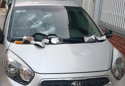 Đập phá ô tô rồi vào nhà cầm dao bầu cố thủ