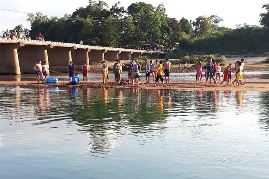 Tuyên dương thầy giáo cứu sống hai em nhỏ đuối nước