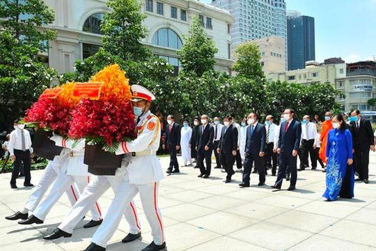 Chủ tịch nước Nguyễn Xuân Phúc dâng hương, hoa tưởng nhớ Chủ tịch Hồ Chí Minh