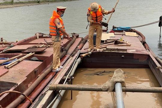 Bắt quả tang nhóm đối tượng khai thác cát trái phép trên sông Đáy
