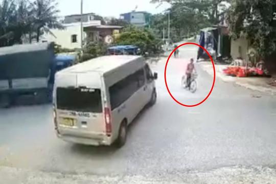 Video: Xe tải tông bay người đàn ông sau va chạm với xe ô tô 16 chỗ