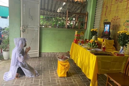 Nữ cán bộ y tế cúi đầu chịu tang mẹ từ nơi xa