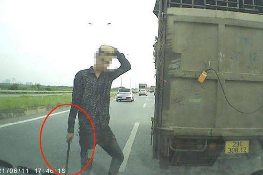 Tước bằng lái nam tài xế chặn đầu xe con trên cao tốc