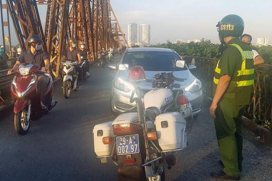 Tài xế say rượu lái ô tô gây náo loạn cầu Long Biên