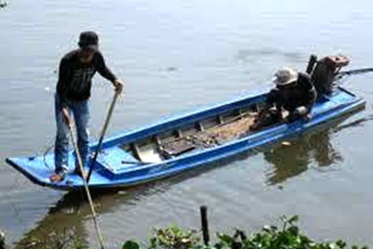 Dùng điện chích cá trên sông, hai vợ chồng bị điện giật tử vong