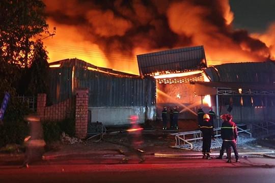 Bình Dương: Cháy lớn kho hàng Khu công nghiệp Sóng Thần