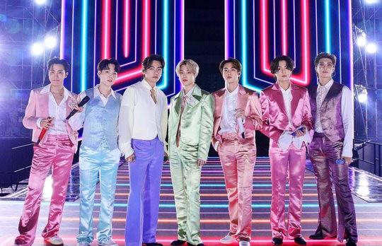 """Netizen """"sang chấn"""" trước loạt trang phục phi bóng lòe loẹt của BTS"""