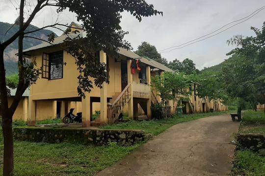 Hơn 300 em nơm nớp lo sợ dưới ngôi Làng học sinh chờ sập