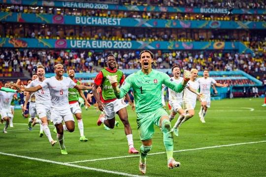 """Thụy Sĩ loại Pháp, Tây Ban Nha vượt qua Croatia với """"mưa bàn thắng"""""""