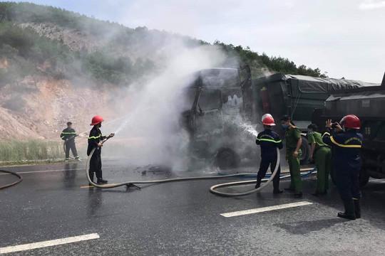 Một ngày 2 chiếc ô tô tải bốc cháy dữ dội trên đường