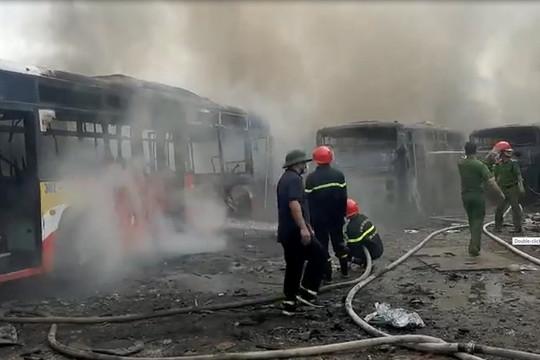 Cháy bãi xe phế liệu, nhiều phương tiện bị thiêu rụi