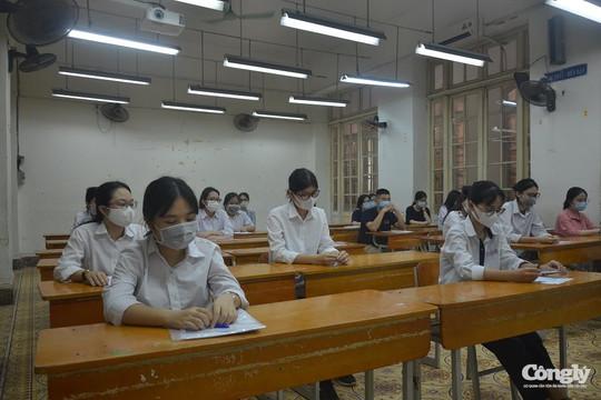 Thí sinh bước vào ngày thi đầu tiên với môn Ngữ văn và Toán
