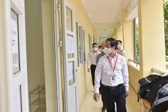 Bộ trưởng Bộ GDĐT đến thăm và động viên thí sinh làm bài thi