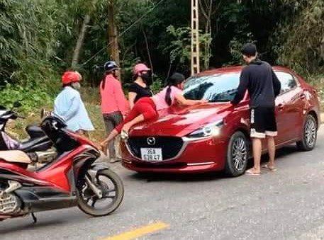 Xác minh clip người phụ nữ đu bám trên nắp ca pô ô tô
