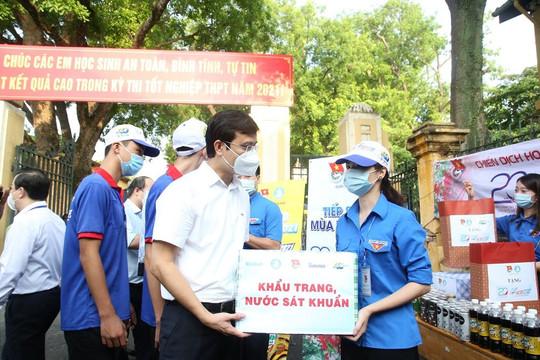 Ban tổ chức chương trình tiếp sức mùa thi đến thăm và động viên các tình nguyện viên