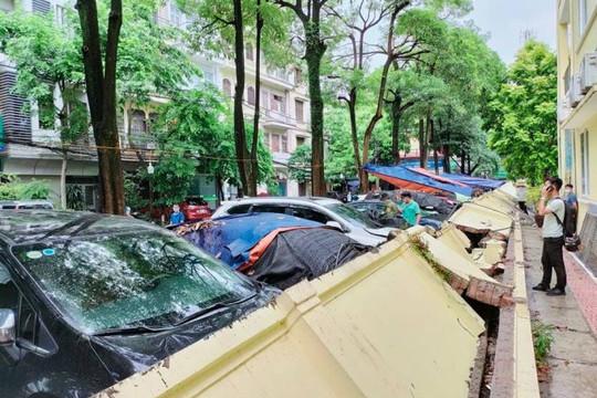 Sập tường bao trường Mầm non Mai Dịch, hơn 10 chiếc xe ô tô bị đè bẹp