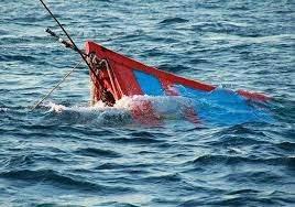 Tàu cá Nghệ An bị sóng đánh chìm, 8 thuyền viên được cứu kịp thời