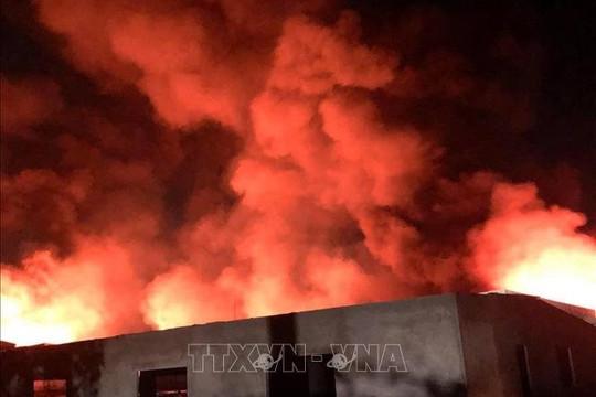 Cháy lớn tại xưởng gỗ 5.000m2 trong đêm