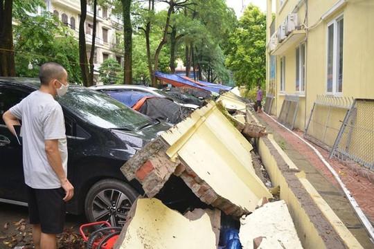 Tường đổ đè bẹp đầu 13 xe ô tô: Chủ xe có được bồi thường?
