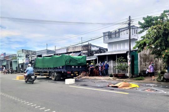 Hai người phụ nữ đi xe máy tử vong thương tâm dưới gầm xe tải