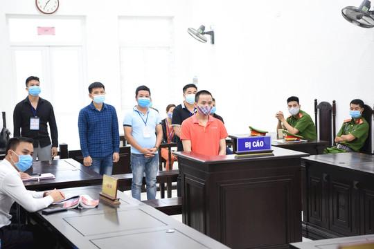 Ba anh em ruột cùng hầu toà trong vụ án dùng súng bắn người ở Hà Nội