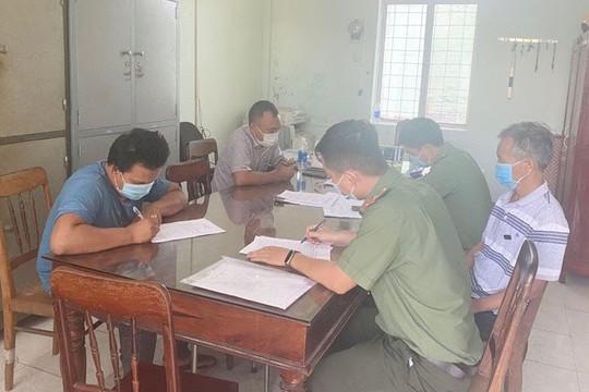 Xe cứu thương của cán bộ trung tâm y tế vận chuyển hành khách từ vùng dịch về Bình Định