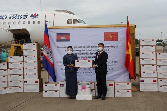Campuchia gửi tặng Thành phố Hồ Chí Minh thiết bị, vật tư y tế phòng chống dịch